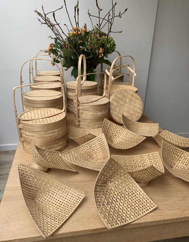 195 b. Twee bamboe stoommandjes en twee bamboe bordjes