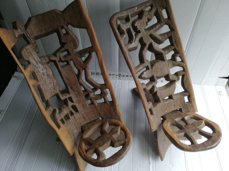 21. Houtgesneden stoelen uit Indonesië