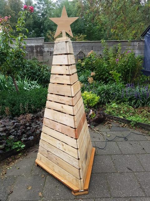 143. Kerstboom van pallethout